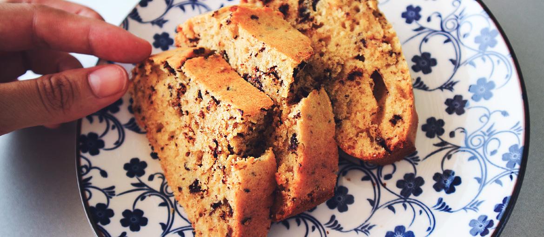Κέικ βανίλιας με κομμάτια σοκολάτας και μέλι